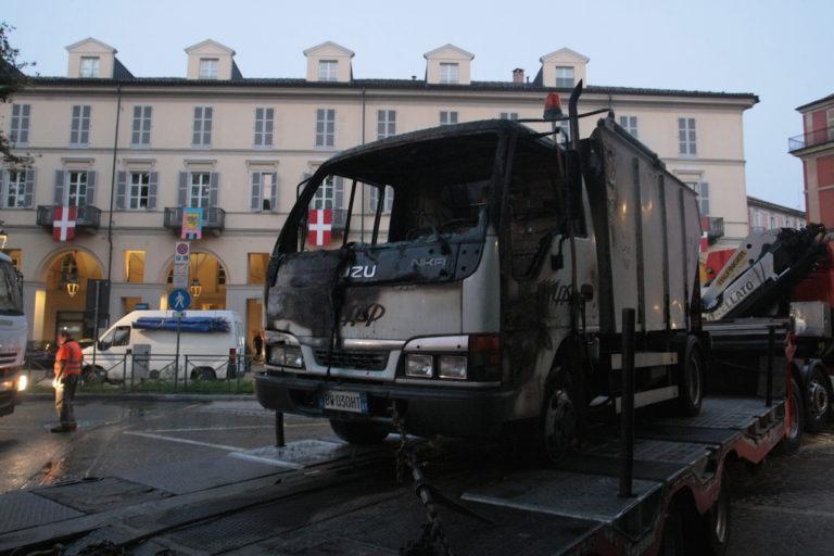 Asti, a fuoco un mezzo Asp in piazza Alfieri