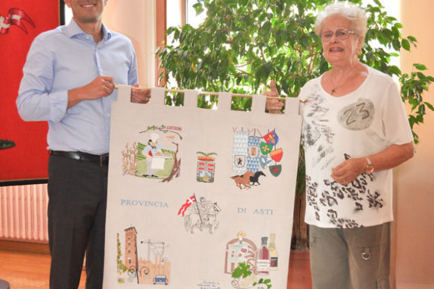 Catterina Gianoglio omaggia la Provincia di Asti di una sua opera