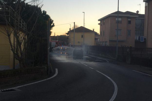 Auto in fiamme in via Tagliamento