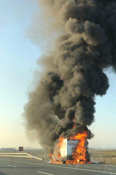 Furgone in fiamme sull'A21