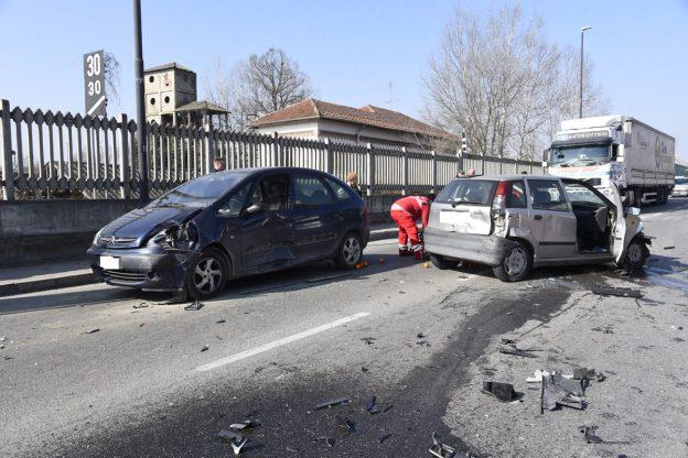 Asti, carambola di auto in corso Savona