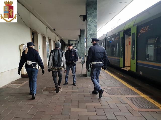 Controlli della polizia nelle stazioni ferroviarie