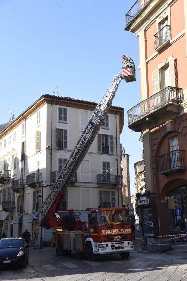 Asti, vigili del fuoco in azione in piazza Alfieri
