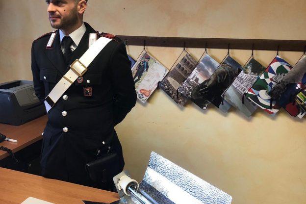 Minaccia di morte l'ex compagna. I carabinieri indagano e gli trovano in casa una piantagione di marijuana