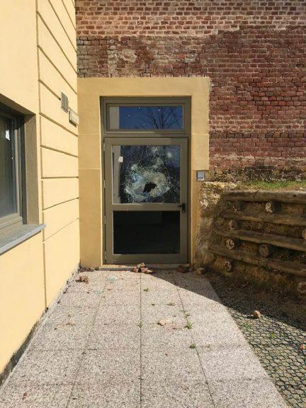Vandali a Baldichieri, sassi contro le finestre dell'ex castello