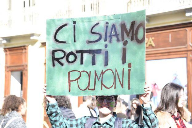 Asti, gli studenti scendono in piazza per il clima: la fotogallery