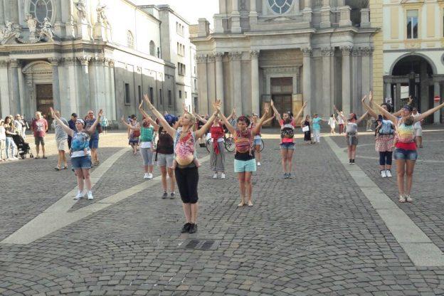 """In piazza Statuto un flash mob """"cuore a cuore"""" con le mamme"""
