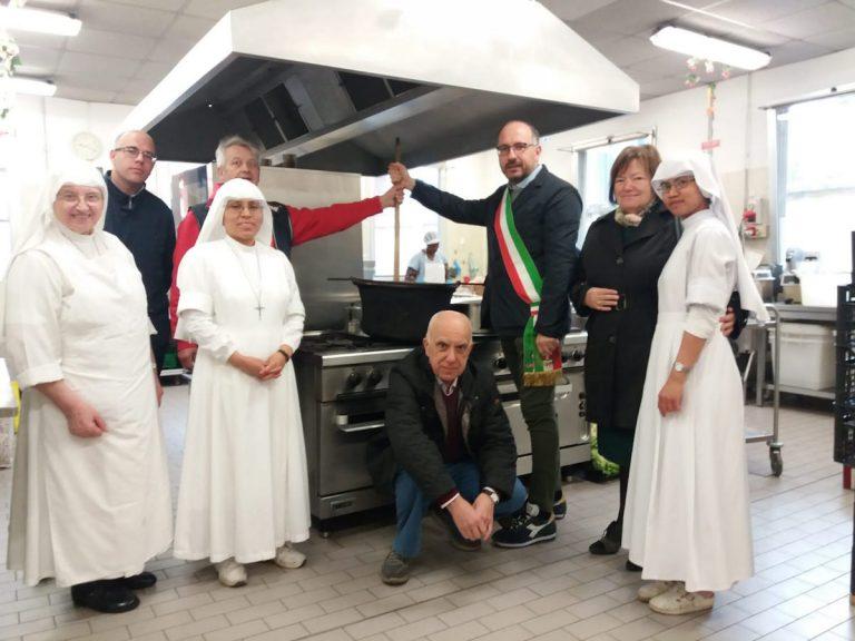 La minestra dei poveri per la mensa sociale di corso Genova