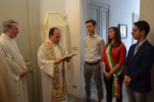 Benedetto il nuovo defibrillatore nella chiesa di San Pietro in memoria di Clara Bergamin