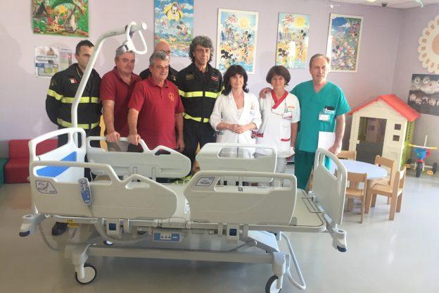 Vigili del fuoco e Astrogin donano quattro lettini alla pediatria del Massaia