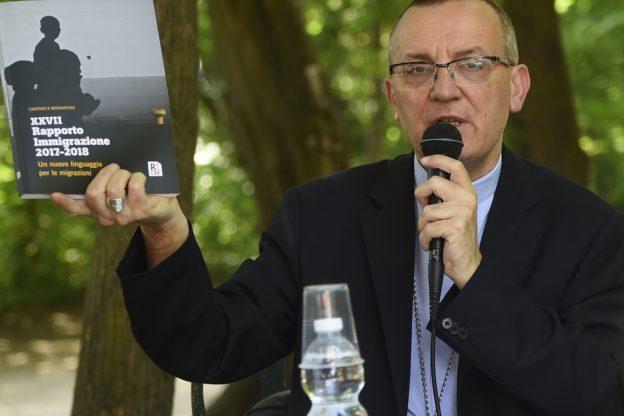 Il vescovo Prastaro: Basta ai luoghi comuni sull'accoglienza dei migranti