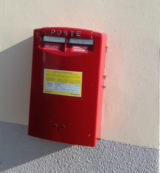Le Poste rifanno il look alle cassette per le lettere dell'Astigiano
