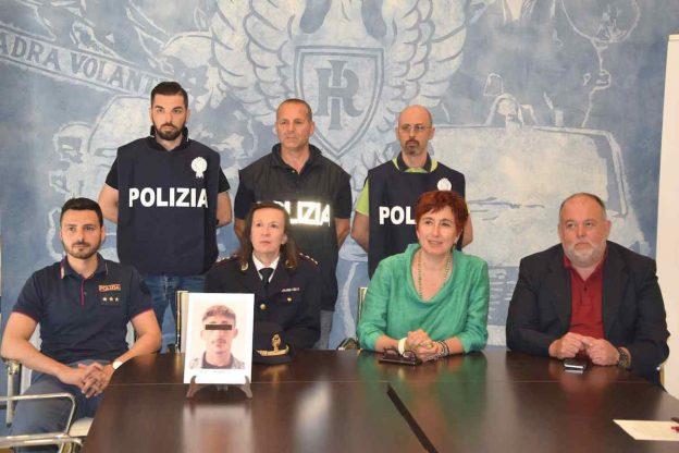 Aggredisce e rapina un'anziana sul pianerottolo di casa: arrestato dalla polizia di Asti