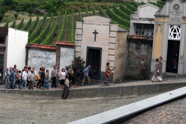 Cuntè Munfrà fra le lapidi del cimitero di Montemagno