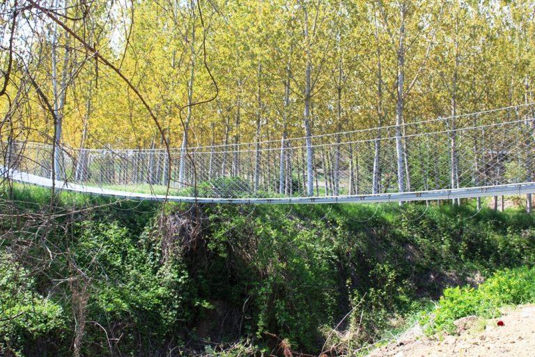 Si cammina sulla passerella 25 Aprile a Belveglio