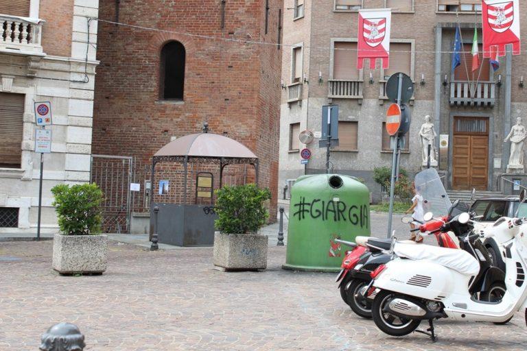 """Asti, Motta: """"Via la campana del vetro vandalizzata sotto la Torre Troyana"""""""