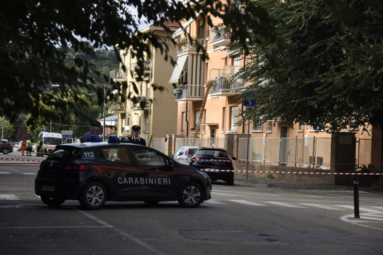 Nizza Monferrato, operaio si barrica in casa col figlioletto e minaccia di farsi esplodere: salvato dai carabinieri