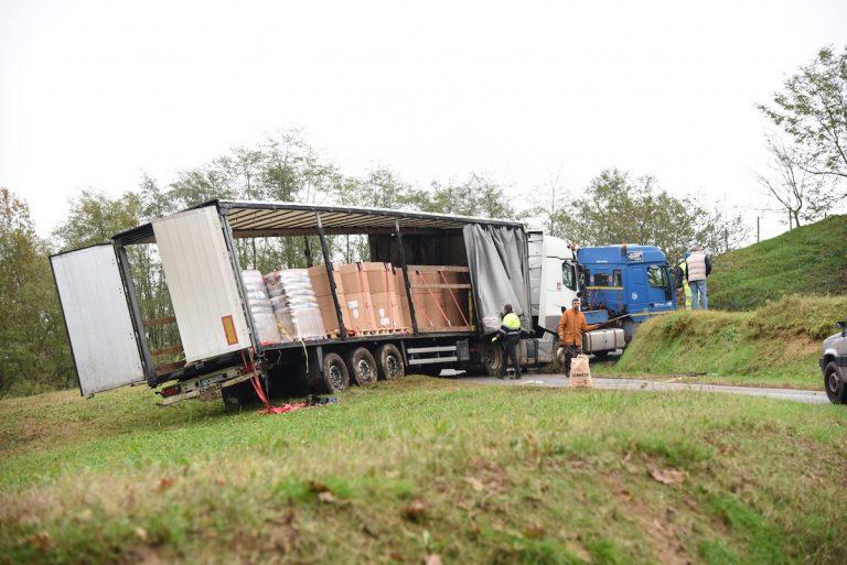 Camion incastrato da 24 ore in una stradina di campagna
