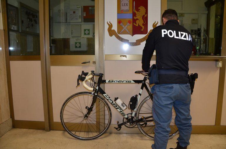Asti, la polizia arresta un giovane per la rapina di una bici