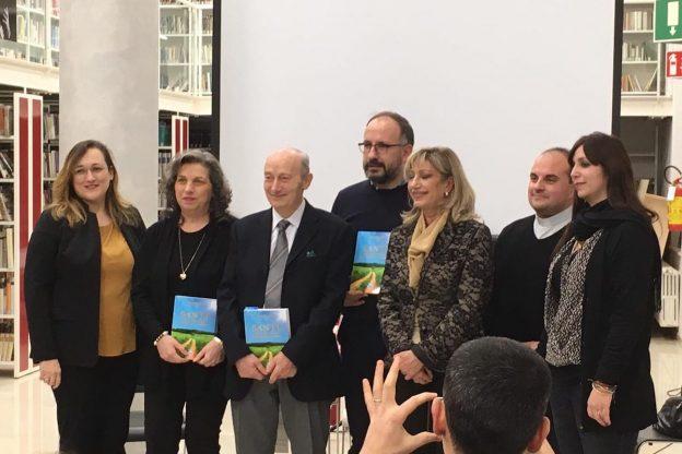 """Asti, Mariella Lentini presenta il suo libro """"Santi, compagni guida tutti i giorni"""" alla caffetteria Mazzetti"""