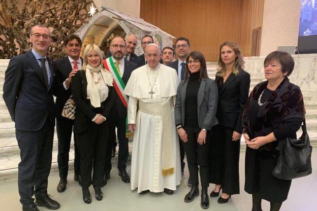 """Papa Francesco riceve una delegazione astigiana in Vaticano: """"Grazie per la bagna cauda"""""""