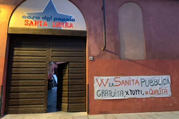 """Dalla Casa del Popolo uno striscione di solidarietà: """"Viva la sanità pubblica"""""""