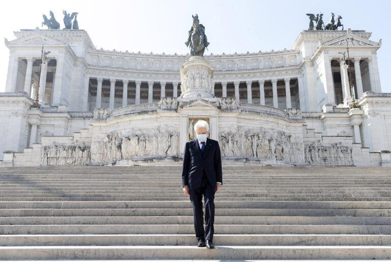 Il presidente Sergio Mattarella depone una corona d'alloro sulla tomba del Milite Ignoto