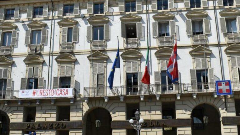 """Striscione """"Io resto a casa"""" sulla facciata della Regione in piazza Castello a Torino"""