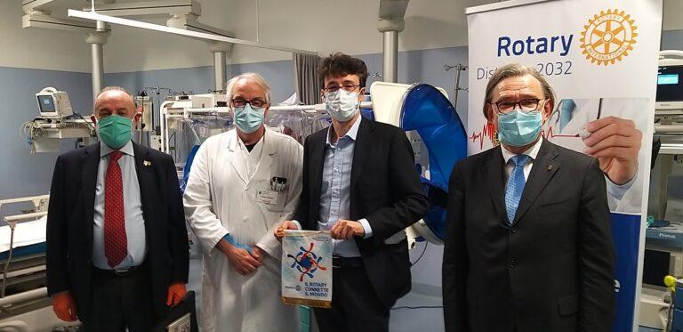 Asti, il Rotary consegna all'ospedale Massaia una barella per il biocontenimento