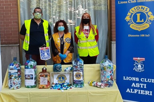 """Asti, il Lions Club consegna centinaia di tappi di plastica all'associazione """"Con te-cure palliative"""""""