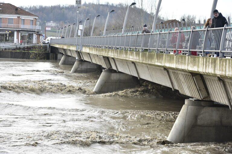 Sventa suicidio sul ponte di corso Savona