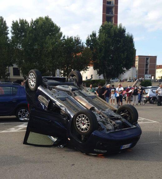 Asti, auto si ribalta in piazza del Palio