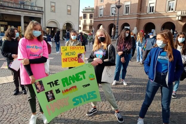 Asti, gli attivisti di Fridays for Future in sciopero per il clima