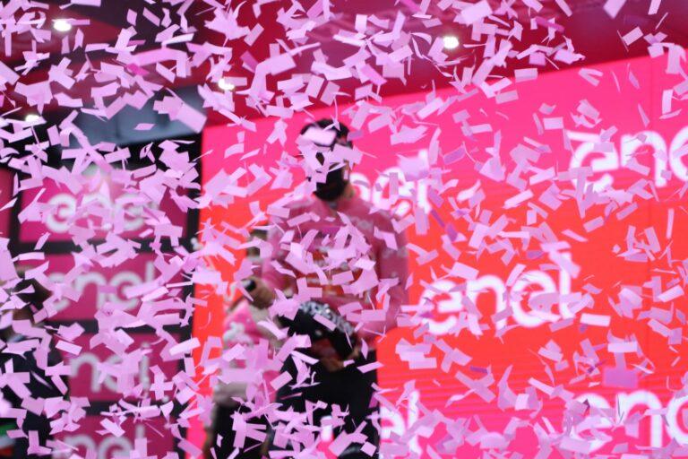 Asti, piazza Alfieri si fa rosa per il Giro d'Italia: la fotogallery