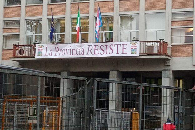 La Provincia Resiste: un manifesto simbolico sul palazzo di piazza Alfieri