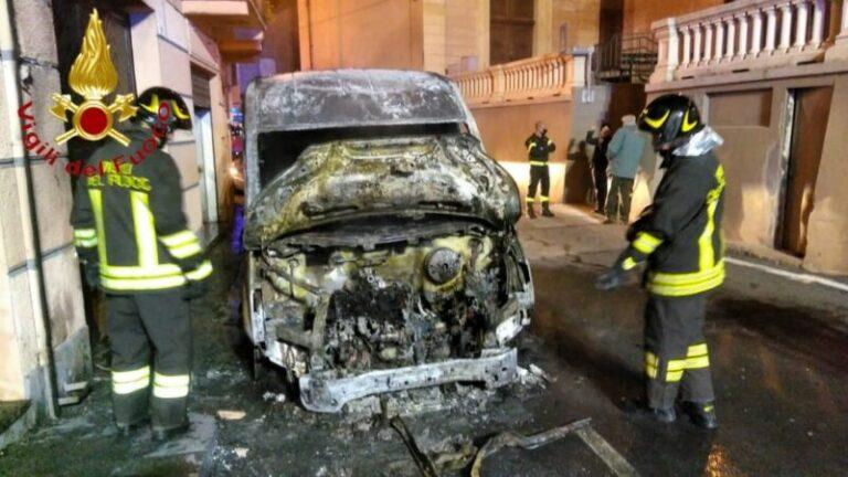 Doppio intervento dei vigili del fuoco per furgoni andati in fiamme