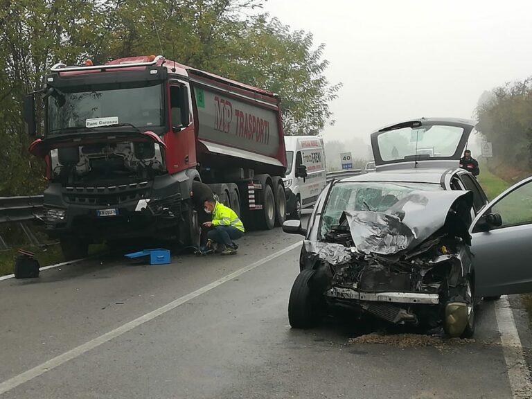 Asti, auto contro camion sulla ex statale per Torino