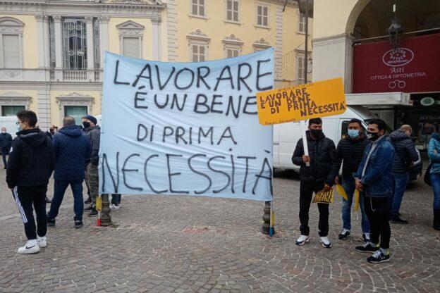 """Asti, commercianti ambulanti in piazza: """"Lavorare è un bene di prima necessità"""""""
