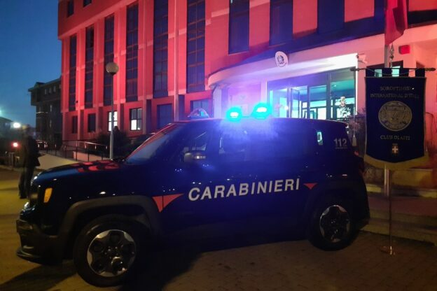 Asti, la caserma dei carabinieri si tinge di arancione per un futuro senza violenza di genere