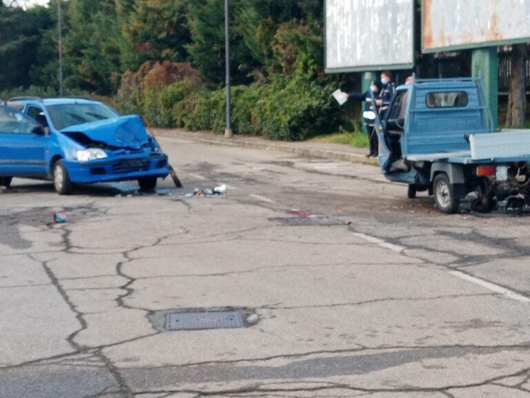 Scontro tra auto e apecar in via Torchio: morto un uomo