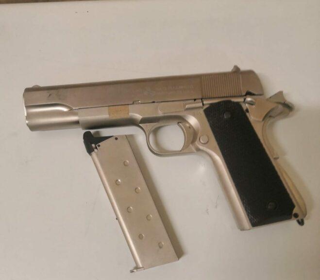 Asti, con una pistola giocattolo minaccia un barista dopo una lite: arrestato dalla polizia