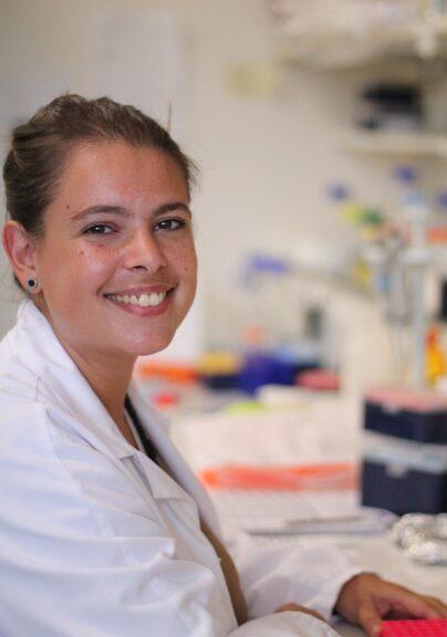 Ecco come i parassiti prendono in ostaggio le nostre cellule: lo studio della scienziata astigiana Eleonora Aquilini