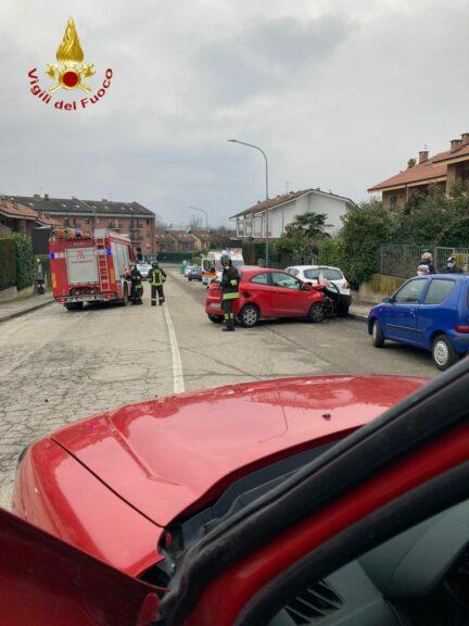 Asti, scontro tra auto e furgone: i vigili del fuoco estraggono una donna dall'abitacolo