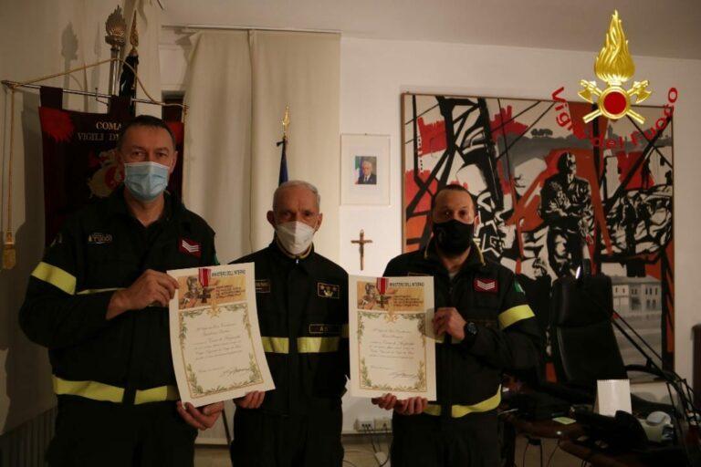 Asti, consegnati i picozzini d'oro a tre vigili del fuoco