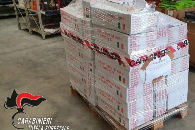 Asti, i carabinieri forestali denunciano un commerciante per aver venduto borse di plastica irregolari