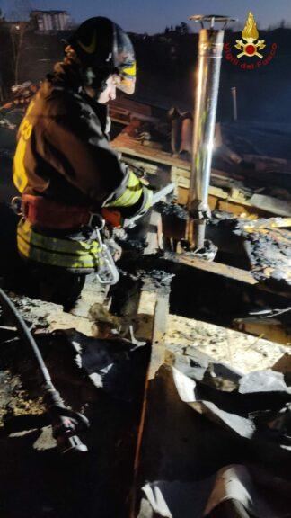 Vigili del fuoco impegnati per  l'incendio di un tetto e un incidente stradale