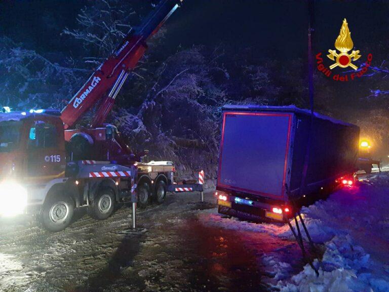 Giornata di interventi per i vigili del fuoco: camion fuori strada a Cassinasco e incendio ad Asti