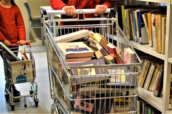 Canelli: un carrello porta a bambini e ragazzi i libri della Biblioteca