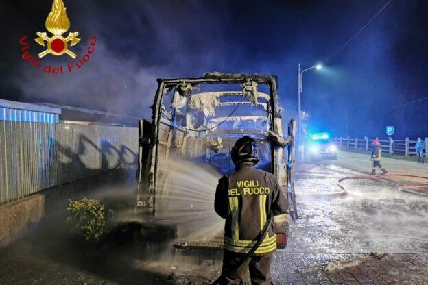 Furgone distrutto da un incendio a Grana
