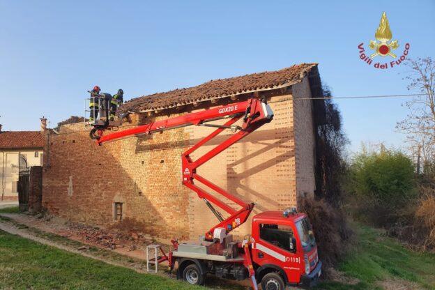 Crolla il tetto di una cascina disabitata a San Damiano